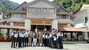 S.P. City Mr. H.C. Sati ji  Distrubiting Certificate to the Students  to winners